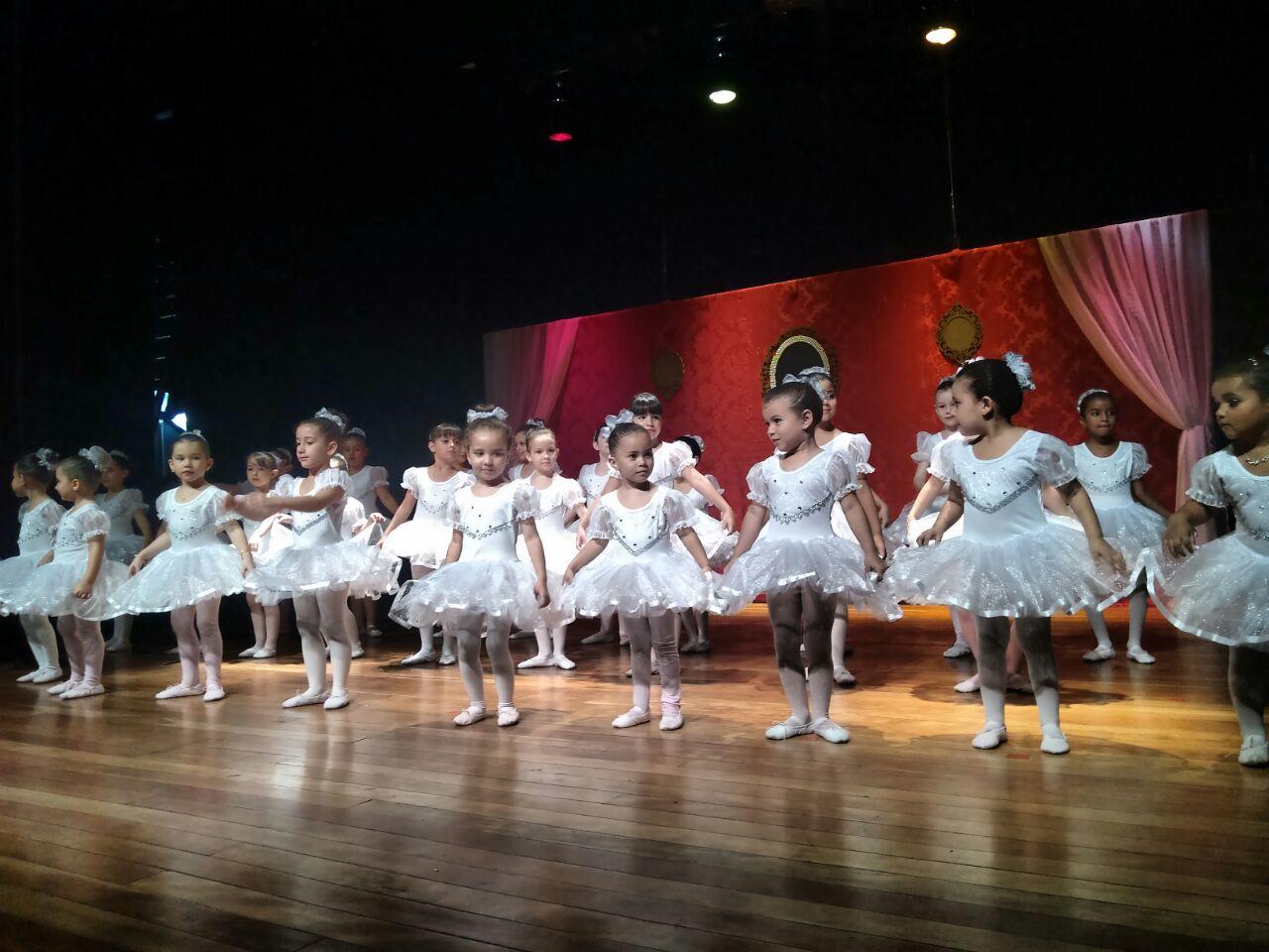 Apresentação do grupo de ballet e coral infantil