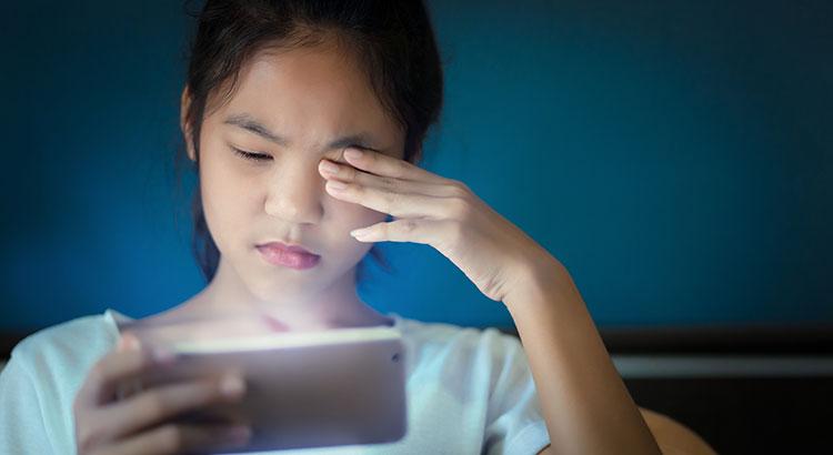 Cientistas descobrem que a luz azul do celular acelera processo de cegueira